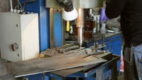 操练在一台固定式钻床的金属零件 股票录像