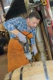 操练桶的木桶匠 库存照片