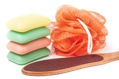 擦与在白色背景隔绝的磨丝器脚和肥皂的阵雨 库存照片