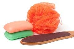 擦与在白色背景隔绝的磨丝器脚和肥皂的阵雨 免版税库存照片