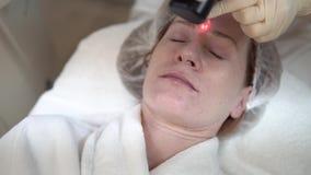 擦亮在化妆诊所的激光面孔 股票录像