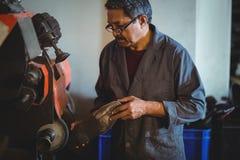 擦亮有机器的鞋匠一双鞋子 免版税库存照片