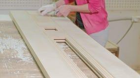 擦亮木门空白的过程,土气内门的生产 股票录像
