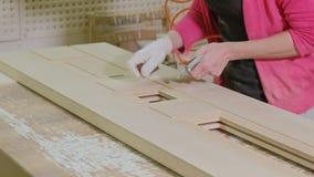 擦亮木门空白的过程,土气内门的生产 影视素材