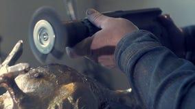 擦亮的古铜 做在古铜的一个雕象的工作 在雕象的工作 金属鸽子 鸽子雕象由古铜制成 库存图片