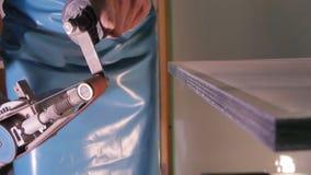 擦亮的玻璃的特别机器 研的玻璃 雇员手工擦亮的玻璃 研的特别设备和 库存图片