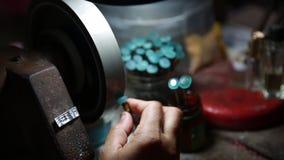 擦亮石头蓝色的宝石由波兰工具 股票录像