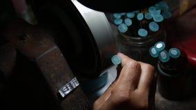 擦亮石头蓝色的宝石由波兰工具 股票视频
