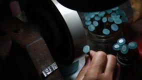 擦亮石头蓝色的宝石由波兰工具 影视素材