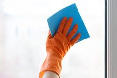 擦净剂抹窗口 免版税图库摄影