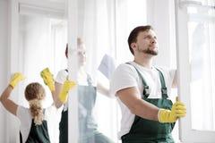 擦净剂洗涤的窗口 库存图片