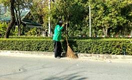 擦净剂清扫街道,清扫叶子 免版税图库摄影