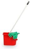 擦在红色塑料桶和绿色橡胶手套 库存图片