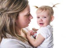擦泪花的哀伤的不快乐的哭泣的逗人喜爱的矮小的新小孩女孩,查出 库存图片