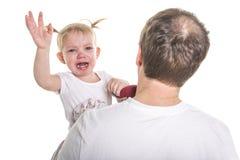 擦泪花的哀伤的不快乐的哭泣的逗人喜爱的矮小的新小孩女孩,查出 免版税库存图片