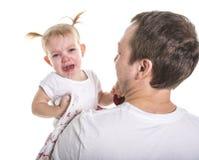 擦泪花的哀伤的不快乐的哭泣的逗人喜爱的矮小的新小孩女孩,查出 库存照片