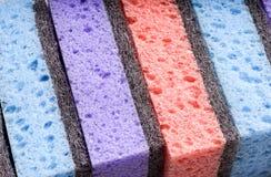 擦洗用的厚垫,在几种颜色的清洗的项目 库存图片