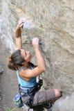 攀岩女孩移动 免版税图库摄影