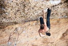 攀岩运动员峭壁的面孔 库存图片