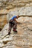攀岩运动员查找得下来 免版税库存照片