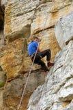 攀岩运动员查找得下来 免版税图库摄影