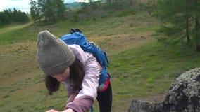 攀岩运动员给帮助的手妇女伙伴 股票视频