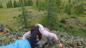 攀岩运动员给帮助的手妇女伙伴 股票录像