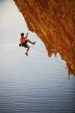 攀岩运动员落峭壁,当导致上升时 图库摄影