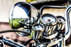 攀爬银色葡萄酒摩托车把手 免版税库存图片