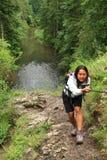 攀登一个岩石的女孩在斯洛伐克天堂 免版税库存照片