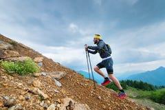 攀登一座山用棍子 免版税库存照片