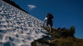 攀登与雪的勇敢的游人一座山在喀尔巴汗在slo mo 股票录像