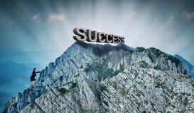 攀登山的女实业家对成功 库存照片