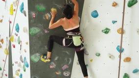 攀登岩石墙壁的少妇户内 影视素材