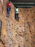 攀登岩石墙壁 免版税图库摄影