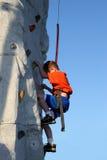 攀登户外墙壁的男孩 免版税库存图片