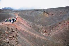 攀登抽烟的Mt Etna,西西里岛 免版税库存照片