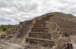 攀登月亮的金字塔的游人在特奥蒂瓦坎 免版税库存照片