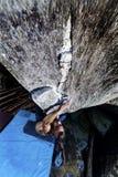 攀登石头的男孩 免版税库存图片