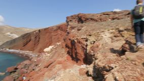 攀登红色石灰石,序列的危险山男性背包徒步旅行者 股票录像
