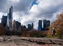 攀登一个岩石在中央公园,纽约 免版税库存图片