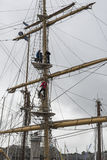 攀登一艘高船的帆柱 免版税库存照片