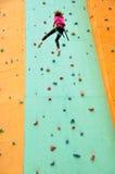攀登下来墙壁的孩子 免版税库存图片
