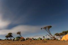 攀登乞力马扎罗山, Machame路线-在Shira小屋(3766m)露营地(坦桑尼亚)的夜视图 免版税库存图片