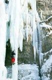 攀登结冰的瀑布的人 免版税库存照片