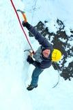 攀登结冰的瀑布的人 免版税库存图片