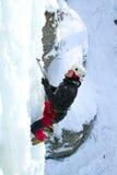 攀登结冰的瀑布的人 库存图片