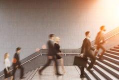 攀登在大厦的企业家侧视图一个台阶,被定调子 库存图片