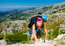 在山的青少年的女孩攀登 库存照片