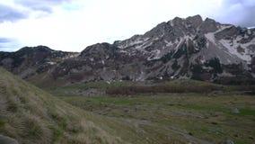 攀登山坡的远足者 股票视频